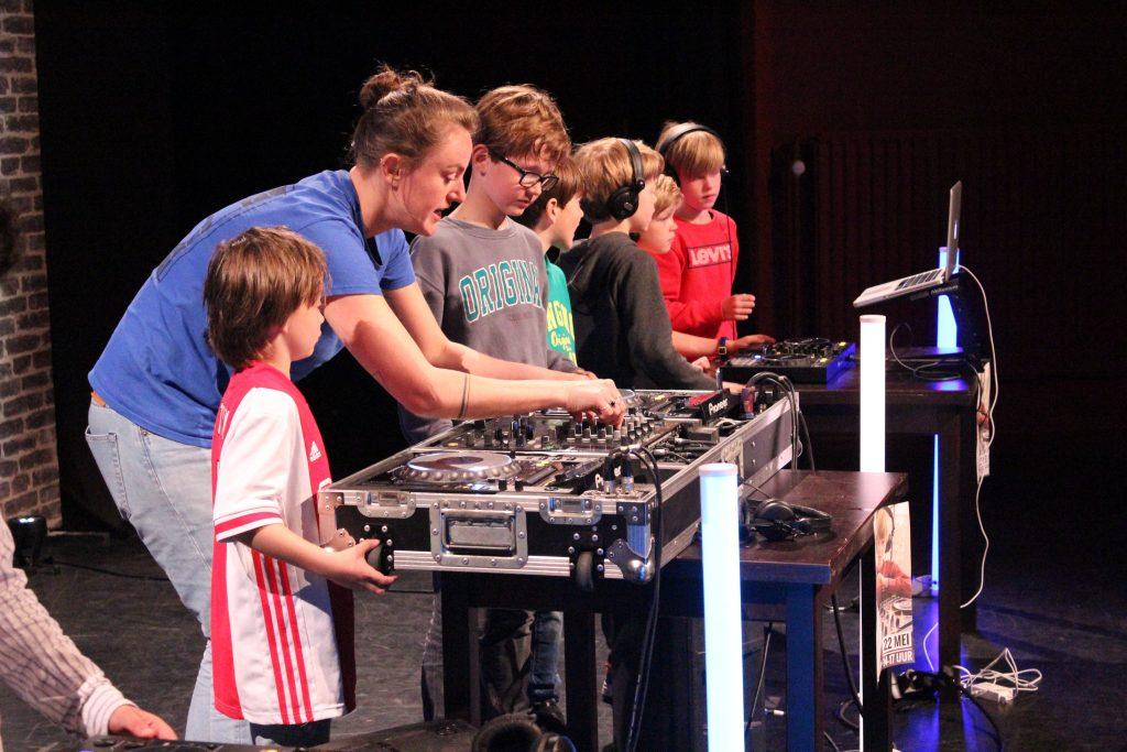 Instructie tijdens de DJ Workshop van School of Hits